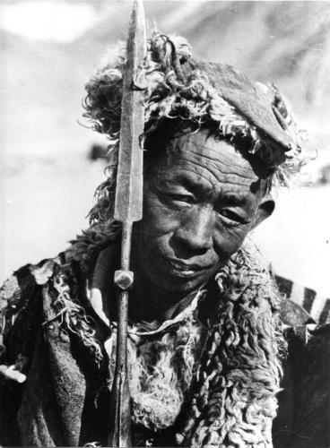Tibetexpedition, Tibeter mit Speer