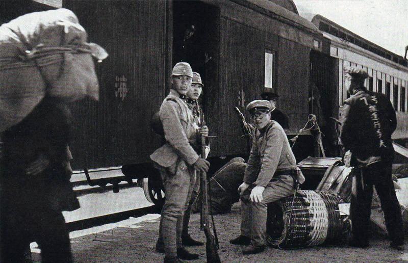 Японские солдаты охраняют ж/д состав