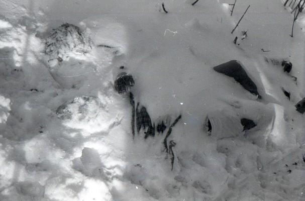 Тело Зины Колмогоровой после откапывания из-под толщи снега на склоне Холат-Сяхыл.