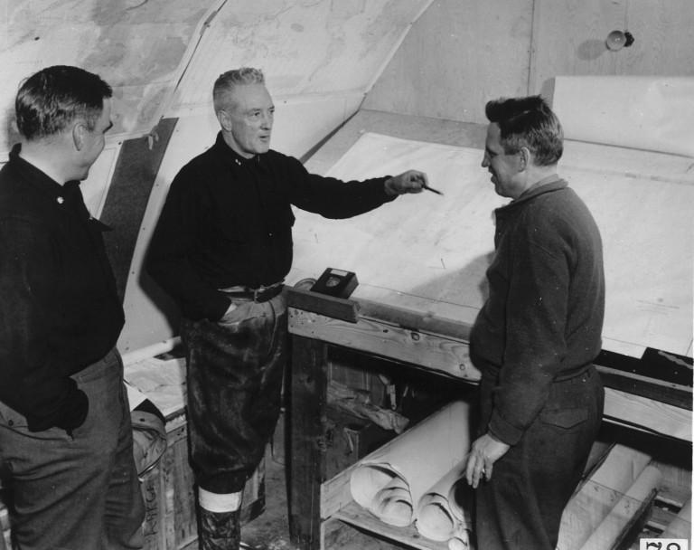 Ричард Бёрд (в центре) на антарктической станции «Литтл-Америка IV»