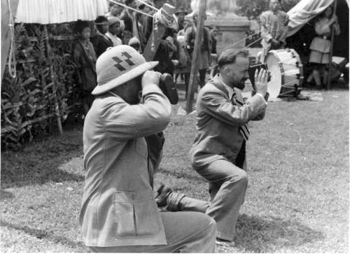 Эрнст Шеффер и Бруно Бегер ведут кино съемку праздника в Лхасе