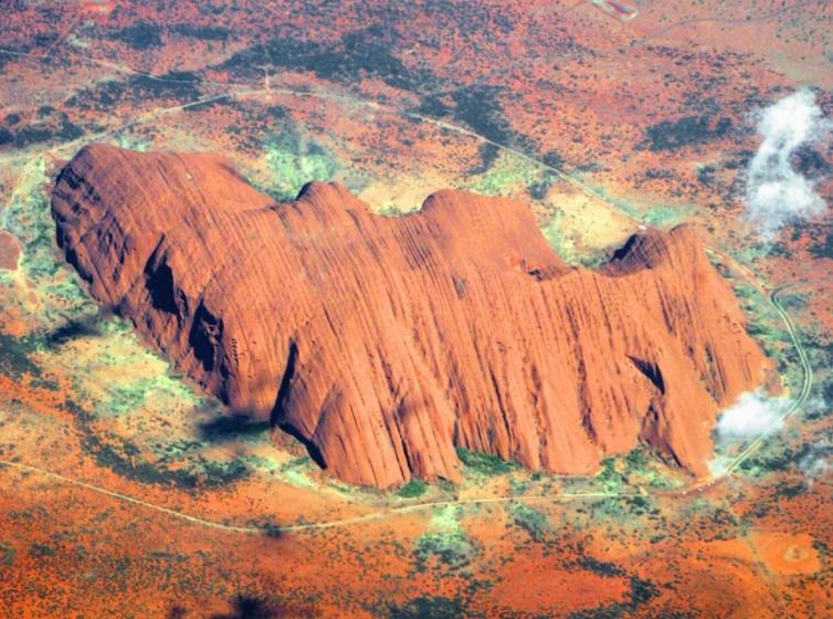 Красная гора Улуру дверь, соединяющая мир духов с миром людей