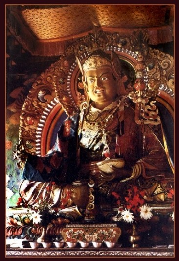 """Падмасамбхава</strong> <span style=""""color: #808080;""""><em>— буддистский йог и гуру древности. Он <strong>одноликий,</strong> с двумя руками и ногами. <strong>Цвет кожи – ярко-белый,</strong> а выражение лица очень мирное. На голове красная монашеская шапка. Иногда, давая посвящение, я надеваю похожую шапку.</em></span></p> <p style=""""text-align: justify;"""">Она высокая и остроконечная.<strong> Гуру Падмасамбхава</strong> восседает на лотосе, на солнечном и лунном дисках. Правой рукой он делает мудру защиты, а левой держит чашу из черепа, наполненную амритой, или нектаром долгой жизни"""".</p> <p style=""""text-align: right;""""><span style=""""font-size: 12px;""""><em><span style=""""color: #808080;"""">Из книги """"Восемь проявлений Гуру Падмасамбхавы""""</span></em></span></p> <hr /> <p><img class=""""aligncenter size-full wp-image-7856"""" src=""""http://ezoterik-page.com/wp-content/uploads/2017/07/padmi.jpg"""" alt=""""Падмасамбхава в Тибете"""" width=""""304"""" height=""""398"""" /></p> <p></p> <p style=""""text-align: center;""""><span style=""""background-color: #ffcc00; color: #ffffff;""""><strong><span style=""""color: #800000;"""">⊕</span><span style=""""color: #ff6600;"""">⊗</span><span style=""""color: #ff0000;"""">⊕</span>⊗⊕<span style=""""color: #ff0000;"""">⊗</span><span style=""""color: #ff6600;"""">⊕</span><span style=""""color: #800000;"""">⊗</span></strong></span></p> <p style=""""text-align: justify;"""">В Тибете <strong>Падмасамбхаву</strong> называют <strong>Гуру Римпоче,</strong> что переводится как <strong>«Драгоценный учитель».</strong> Его жизненный путь окружен таким ореолом легенд и преданий, что сложно отделить правду от вымысла.</p> <p style=""""text-align: justify;""""><span style=""""background-color: #99cc00;""""><span style=""""color: #ffffff;""""><strong>Падмасамбхаве приписывается подчинение местных божеств Тибета, невероятные успехи в йоге, различные сверх способности вплоть до левитации.</strong></span></span></p> <p style=""""text-align: justify;"""">Он также считается автором многочисленных <strong>учений-терма</strong>, которые были оставлены им в потайных мест"""